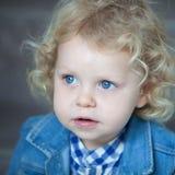 Nettes blondes Baby mit blauen Augen Stockfoto