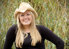 Nettes blondes im Cowboyhut Stockfotografie