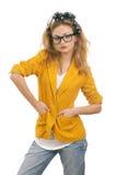 Nettes blondes jugendlich Baumuster mit Gläsern Stockfoto