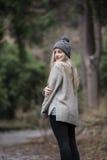 Nettes blondes jugendlich mit netten Zahlen am Wald Lizenzfreie Stockbilder
