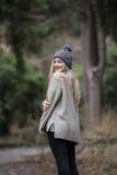 Nettes blondes jugendlich mit netten Zahlen am Wald Lizenzfreies Stockbild