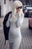 Nettes blondes junges Mädchen bei der Aufstellung Lizenzfreies Stockfoto