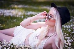 Nettes blondes junges Mädchen, wenn Sie draußen aufwerfen Lizenzfreies Stockfoto