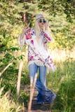 Nettes blondes junges Modell bei der Aufstellung Stockfotografie