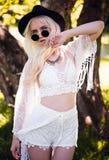 Nettes blondes junges Modell, wenn Sie draußen aufwerfen Lizenzfreie Stockfotos