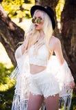 Nettes blondes junges Modell, wenn Sie draußen aufwerfen Lizenzfreie Stockbilder