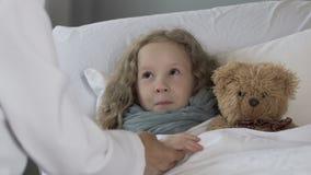 Nettes blondes Kind, das im Bett, Untersuchungsmädchen Doktors mit Stethoskop, Nahaufnahme liegt stock video
