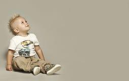 Nettes blondes Kind, das oben schaut Stockbilder