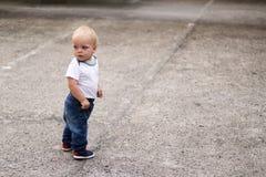 Nettes blondes Kind, das zurück schauend schaut Ehrfürchtiges Baby auf dem Weg Kopieren Sie Platz Lizenzfreie Stockfotos