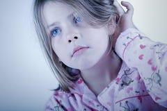 Nettes blondes Kind in ihren Schlafanzügen Stockbilder