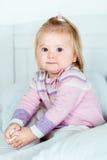 Nettes blondes kleines Mädchen mit großen grauen Augen und prallen Backen Lizenzfreie Stockfotografie