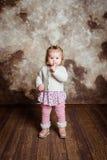 Nettes blondes kleines Mädchen mit großen grauen Augen und prallen Backen Stockfoto