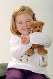Nettes blondes Kleinkind mit Teddybären Lizenzfreies Stockfoto