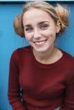 Nettes blondes Mädchen auf dem Pier Stockfotografie