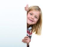 Nettes blondes Mädchen, das ein leeres Zeichen hält Lizenzfreies Stockfoto