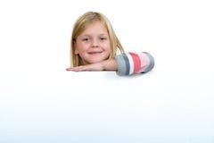 Nettes blondes Mädchen, das ein leeres Zeichen hält Lizenzfreies Stockbild