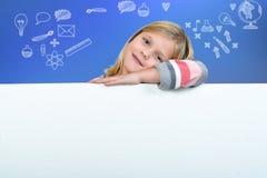 Nettes blondes Mädchen, das ein leeres Zeichen hält Stockbilder