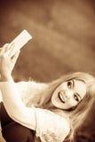 Nettes blondes Mädchen, das selfie nimmt Stockbild