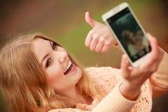 Nettes blondes Mädchen, das selfie nimmt Stockfotos