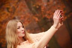 Nettes blondes Mädchen, das selfie nimmt Stockfoto
