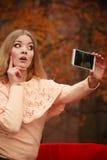 Nettes blondes Mädchen, das selfie nimmt Stockfotografie
