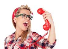 Nettes blondes Mädchen, das am Telefon schreit Lizenzfreie Stockfotos