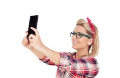 Nettes blondes Mädchen, das am Telefon spricht Lizenzfreies Stockbild