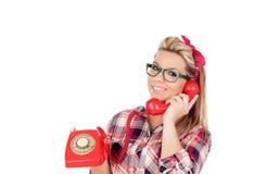 Nettes blondes Mädchen, das am Telefon spricht Lizenzfreie Stockfotografie