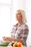 Nettes, blondes Mädchen an der Küche Stockfotos