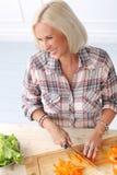 Nettes, blondes Mädchen an der Küche Stockbild