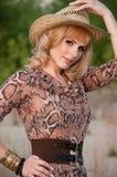 Nettes blondes Mädchen in einem Cowboyhut. Stockfoto
