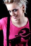 Nettes blondes Mädchen in einer hellen rosa Spitze und in den Klammern Stockbilder