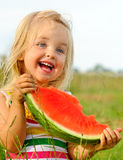 Nettes blondes Mädchen glücklich mit Wassermelone Lizenzfreies Stockfoto