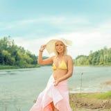 Nettes blondes Mädchen im Bikini und im Hut Stockfoto
