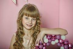 Nettes blondes Mädchen im Weihnachten stockbilder