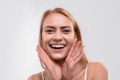 Nettes blondes Mädchen mag skincare Behandlung Lizenzfreie Stockfotos