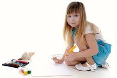 Nettes blondes Mädchen malt Lizenzfreies Stockfoto