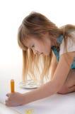 Nettes blondes Mädchen malt Stockbilder