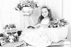 Nettes blondes Mädchen mit Blumen Lizenzfreies Stockfoto