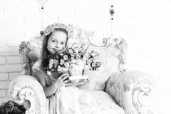 Nettes blondes Mädchen mit Blumen Stockfotografie