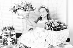 Nettes blondes Mädchen mit Blumen Lizenzfreies Stockbild