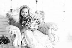 Nettes blondes Mädchen mit Blumen Stockfoto