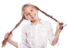 Nettes blondes Mädchen mit dem Zopflächeln lokalisiert auf weißem backgro Lizenzfreie Stockfotografie
