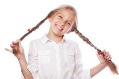 Nettes blondes Mädchen mit dem Zopflächeln lokalisiert auf weißem Hintergrund Lizenzfreie Stockfotos