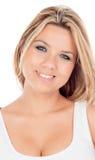 Nettes blondes Mädchen mit den blauen Augen, die Kamera betrachten Lizenzfreies Stockbild