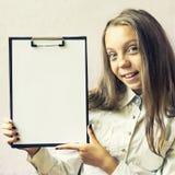 Nettes blondes Mädchen mit einem Zeichen für Text Lizenzfreie Stockfotografie