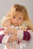 Nettes blondes Mädchen mit ihren Puppen Stockbilder