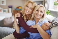 Nettes blondes Mädchen mit ihrer Mutter Lizenzfreies Stockbild
