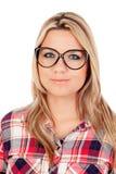 Nettes blondes Mädchen mit kariertem Hemd und Gläsern Lizenzfreie Stockfotografie