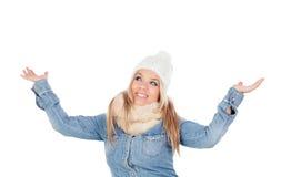 Nettes blondes Mädchen mit Mantelwinter kleidet und bewaffnet oben Stockbilder